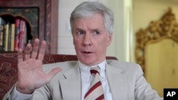 El presidente George W. Bush condecoró al ex embajador Ryan Crocker, de 63 años, con la Medalla Presidencial de la Libertad.