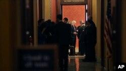 Les sénateurs républicains Mitch McConnell et Roy Blunt lors d'une réunion à huit-clos à Washington, le 22 janvier 2018.