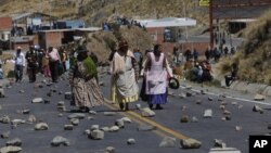 Mineros bolivianos del sector privado bloquearon las principales vías de acceso a La Paz, el lunes, dejando paralizado al país andino.