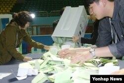 Giới chức bầu cử kiểm phiếu tại Seoul.