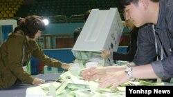 4·13 총선이 치러진 13일 오후 투표가 종료되자 전주화산체육관에서 선거 관계자들이 개표를 하고 있다.