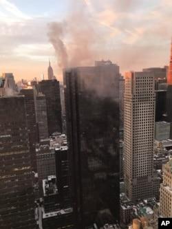 نمایی از بالا از برج ترامپ و آتشسوزی بالای پشت بام آن