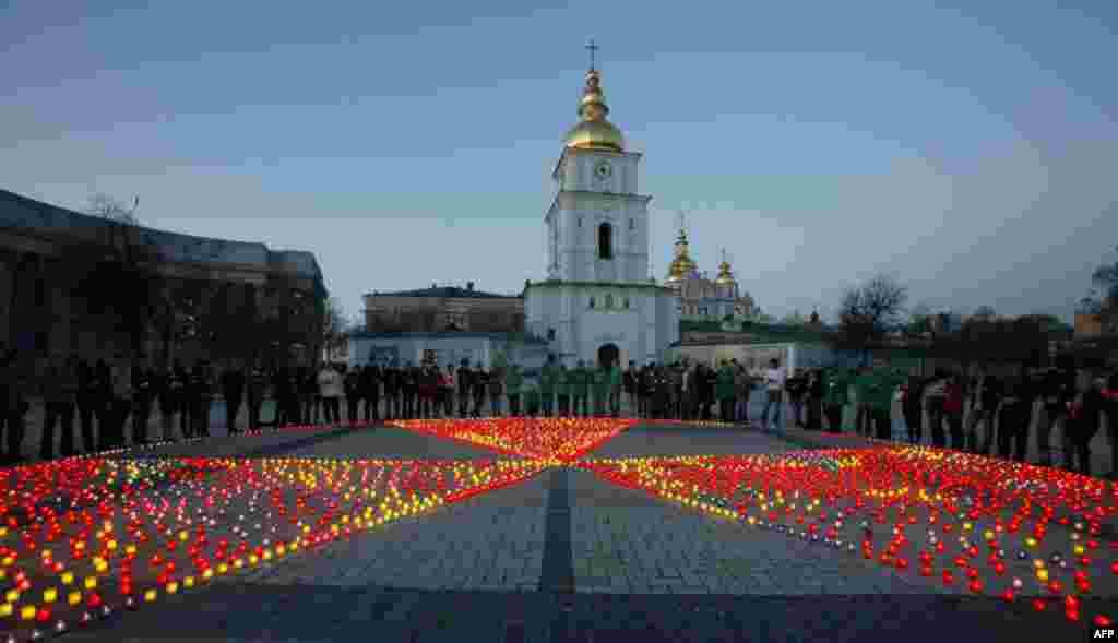 Собравшиеся у Михайловского собора в Киеве вспеминают жертв аварии на Чернобыльской АЭС. Фото сделано 26 апреля 2010 года