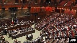 İtalya Başbakanı Silvio Berlusconi, parlamentonun alt kanadında konuşma yaparken