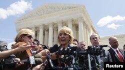 La gobernadora de Arizona Jan Brewer habla frente a la Corte Suprema de Estados Unidos, en Washington.