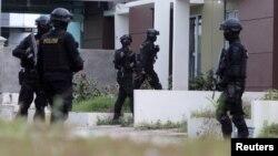 FOTO ARSIP: Kesatuan polisi anti teror Indonesia dari Detasemen 88 tampak memasuki sebuah rumah selama penggrebekan (5/8). Batam, Kepulauan Riau. (foto: Antara Foto/M N Kanwa/via REUTERS)