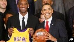 Le président Barack Obama avec les joueurs des Los Angeles Lakers dont Kobe Bryant , dans la salle Est de la Maison Blanche à Washington , lundi 25 janvier 2010. C'était une cérémonie en l'honneur des champions NBA de basket-ball de 2009, Los Angeles Lakers .