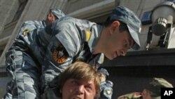 Rusya parlamentosu önündeki gösterilerde polis tarafından gözaltına alınan bir eylemci