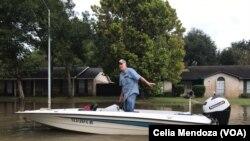 En medio de las inundaciones, los habitantes de Houston, muestran su mayor esfuerzo para ayudar a los afectados.
