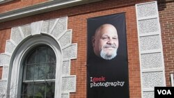 """Perpustakaan umum di Rutland, Vermont memajang poster penjual hotdog terkenal Lenny Mantouri sebagai bagian dari kampanye """"Geek the Library""""."""