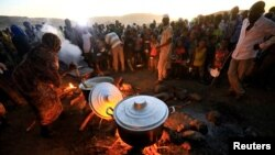 FILE PHOTO: Ethiopian refugees fleeing from the fighting in Tigray region, wait for food at the Um Rakoba camp, on the Sudan-Ethiopia border, in al-Qadarif state, Sudan November 23, 2020. To match Special Report ETHIOPIA-CONFLICT/TIGRAYANS REUTERS/Mohame