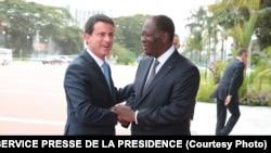 Photographie prise lors de l'entretien du président ivoirien Alassane Ouattara, avec le Premier ministre français, Manuel Valls, le 31 octobre 2016, au Palais de la Présidence de la République, à Abidjan, en Côte d'Ivoire.