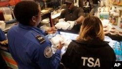 Akibat shutdown, petugas pemeriksa keamanan bandara dari Badan Keamanan Transportasi (TSA) telah bekerja tanpa gaji lebih dari sebulan.