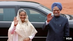 PM Bangladesh Sheikh Hasina bersama tamunya, PM India Manmohan Singh melambai kepada para wartawan di ibukota Dhaka (6/9).