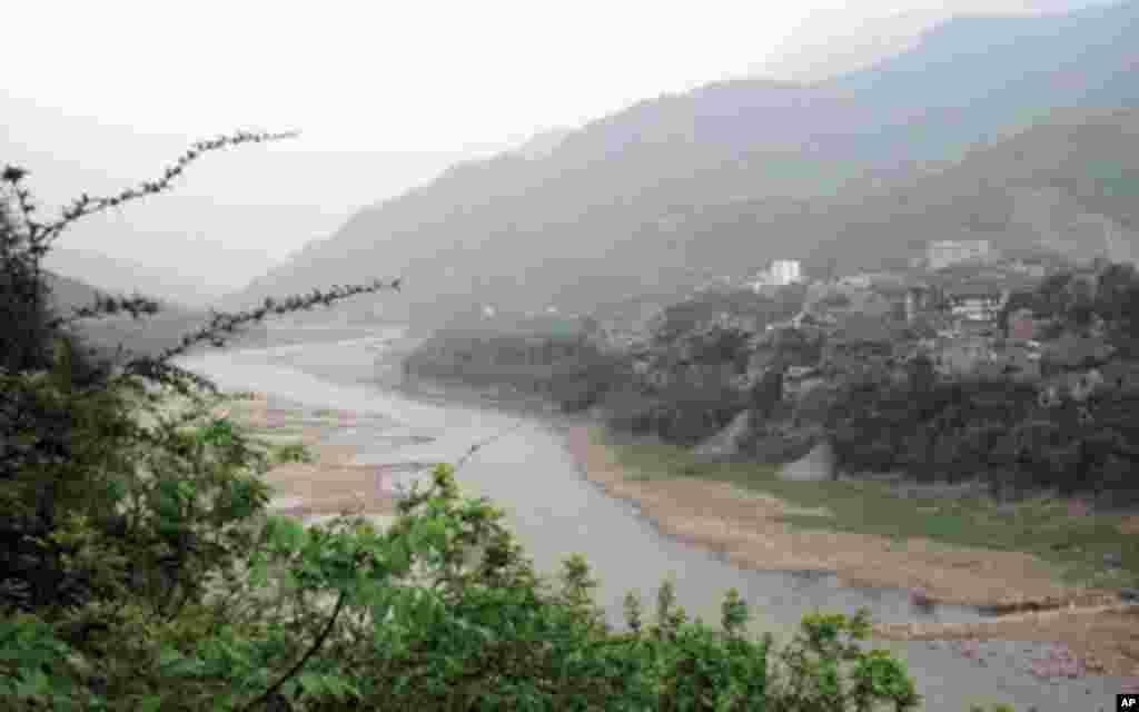 赤水河从土城镇蜿蜒穿过。红军在这里一渡赤水