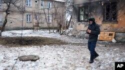 乌克兰东部顿涅茨克城内在炮击中受损的建筑外