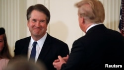 Kandidat za sudiju Vrhovnog suda Bret Kavano sa predsednikom Trampom u istočnoj kancelariji Bele kuće.