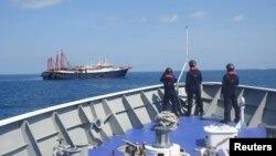 TƯ LIỆU: Nhân viên Tuần duyên Philippines theo dõi những con tàu được cho là tàu dân quân Trung Quốc trong Bãi Sabina ở phía nam Biển Đông, trong một bức hình do Tuần duyên Philippines công bố ngày 5 tháng 5 và được chụp ngày 27 tháng 4, 2021.