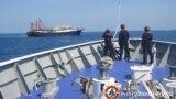 Tàu hải cảnh Philippine theo dõi các tàu cá mà Manila nói là của dân quân Trung Quốc trên Biển Đông vào tháng 4/2021.