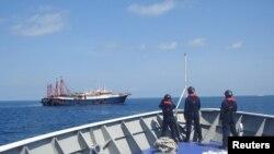 TƯ LIỆU: Nhân viên của lực lượng Tuần duyên Philippines quan sát những tàu được cho là tàu dân quân của Trung Quốc ở Bãi cạn Sabina ở Biển Đông, ngày 27 tháng 4, 2021.