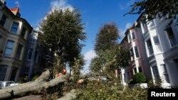 Los trabajadores tratan de limpiar las calles de Brighton en el sureste de Gran Bretaña tras la mortal tormenta.