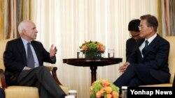 문재인 한국 대통령과 존 매케인 상원 군사위원장이 30일 백악관 블레어하우스에서 얘기를 나누고 있다.
