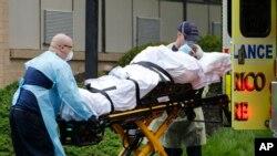 ekipet e emergjencës duke transportuar një pacient në Riçmond, Virxhinia (20 prill 2020)