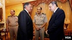 Menhan AS Leon Panetta saat bertemu PM Mesir Essam Sharaf (kanan), disaksikan Marsekal Mohamed Hussein Tantawi (kedua dari kanan) di Kairo (4/10).