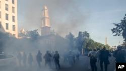 Suzavac u vazduhu dok policija rasteruje demonstrante od crkve Svetog Jovana u parku Lafajet u Vašingtonu, 1. juna 2020.
