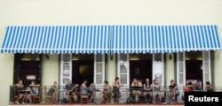 ພວກນັກທ່ອງທ່ຽວ ນັ່ງຢູ່ລະບຽງຂອງຮ້ານອາຫານ ໃນເຂດເມືອງເກົ່າ Havana ຂອງຄິວບາ, ວັນທີ 28 ເມສາ 2017.