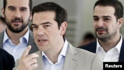 PM Yunani Alexis Tsipras (tengah) mengumumkan penyelenggaraan referendum mendadak tanggal 5 Juli, meminta rakyat Yunani memutuskan usulan yang diajukan oleh kreditor internasional (foto: dok).