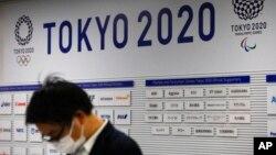 Un journaliste attend une conférence de presse sur les JO Tokyo 2020, Japon, le 24 mars 2020. (AP Photo/Jae C. Hong)