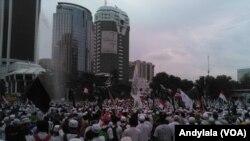 Massa Aksi 313 berdemontrasi di kawasan Patung Kuda yang mengarah ke Jalan Muhamad Husni Thamrin, Jakarta, 31 Maret 2017. (Foto: VOA/Andylala)