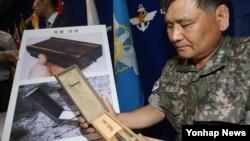 지난 10일 서울 국방부에서 군 관계자가 북한이 비무장지대(DMZ)에 매설한 살상용 목함지뢰에 대해 설명하고 있다.