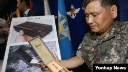 지난 10일 서울 국방부에서 군 관계자가 북한이 비무장지대(DMZ)에 매설한 살상용 목함지뢰에 대해 설명하고 있다. (자료사진)