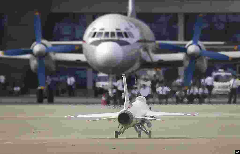 지난 9월 25일(현지시간) 원산 갈마비행장에서 계속된 '원산 국제친선 항공축전-2016'에서 무선조종 F-15 전투기가 고려항공 여객기 앞으로 착륙하고 있다.