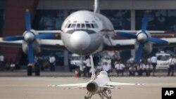 북한 원산 갈마 공항의 고려항공 항공기 앞에 F-16 전투기 모형이 놓여 있다.