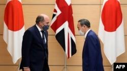 日本首相菅义伟在东京会晤到访的英国国防大臣本∙华莱士。(2021年7月20日)