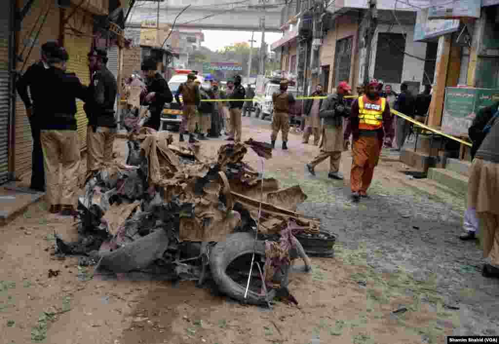 سی سی پی او پشاور قاضی جمیل الرحمان نے جائے وقوعہ پر صحافیوں کو بتایا کہ دھماکے میں وائٹ کرولا گاڑی استعمال ہوئی جس میں 8 سے 10 کلوگرام باردوی مواد نصب کیا گیا تھا۔