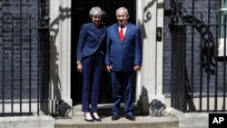برطانوی وزیر اعظم تھریسامے اسرائیل کے وزیر اعظم نتن یاہو کا وزیر اعظم آف کے دروازے پر استقبال کر رہی ہیں۔ 6 جون 2018