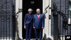 ترزا می نخست وزیر بریتانیا (چپ) و بنیامین نتانیاهو همتای اسرائیلی او در دفرت نخست وزیری بریتانیا در لندن - ۱۶ خرداد ۱۳۹۷