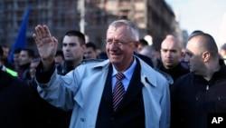 Haški optuženik Vojislav Šešelj maše pristalicama u Beogradu