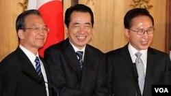 PM Tiongkok Wen Jiaobao, PM Jepang Naoto Kan, dan Presiden Korsel Lee Myung Bak bertemu dalam KTT 3 negara di Tokyo, Jepang (22/5).
