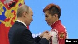 普京2014年2月24日在索契冬奧會上為俄羅斯運動員頒獎(路透社)