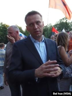 纳瓦尔尼在去年7月莫斯科的一次反政府集会上。(美国之音白桦拍摄)