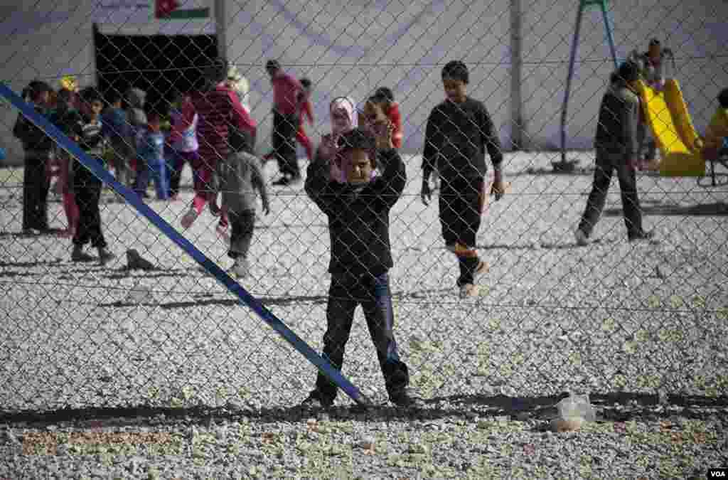 Children play at the Za'tari refugee camp on the Jordan-Syria border, November 15, 2012. (Y. Weeks/VOA)