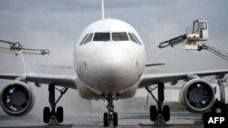 Pesawat Airbus A320 di bandara Roissy-Charles-De-Gaulle.