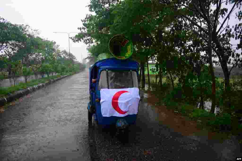 Nhân viên Hội Trăng Lưỡi Liềm Đỏ Bangladesh dùng xe ba bánh có loa trên mui kêu gọi người dân di tản trước khi bão Mahasen tiến vào thành phố Chittagong.