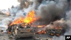 敘利亞境內有群眾焚燒車輛。