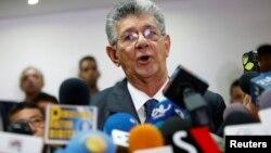 """Henry Ramos Allup también criticó al presidente Maduro por su """"desacertada"""" forma de invitar al diálogo."""